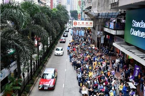 Người biểu tình Hong Kong tuần hành đầu năm mới. Ảnh: AFP.