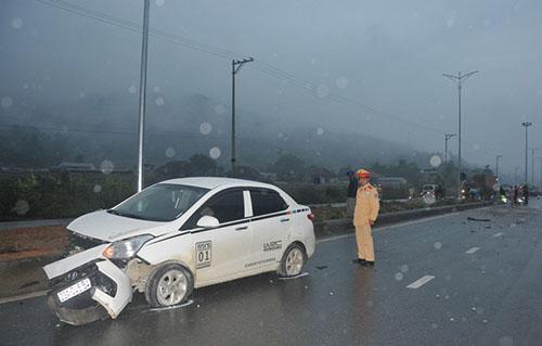 Xe gây tai nạn bị hư hỏng nặng phần đầu. Ảnh: K.T.