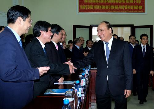 Thủ tướng Nguyễn Xuân Phúc thăm hỏi thầy cô Đại học Huế. Ảnh: VGP.