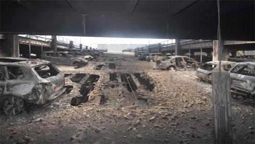 1.400 ôtô bị cháy, trong đó hàng trăm chiếc chỉ còn trơ khung. Sàn nhà nhiều chỗ bị nung chảy. Ảnh: EPA.
