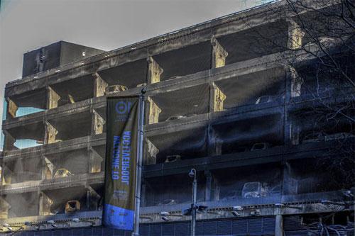 Khoảng 1.400 ôtô trong bãi đỗ 7 tầng bị ngọn lửa gây thiệt hại. Ảnh: AP.