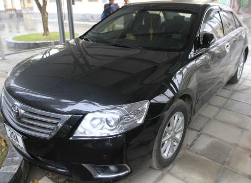 Chiếc ôtô cá nhân của Chủ tịch UBND huyện Quốc Oai được tìm thấy tại một bãi gửi xe. Ảnh: QL.
