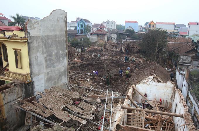 Thu gom vỏ đạn sau vụ nổ ở Bắc Ninh