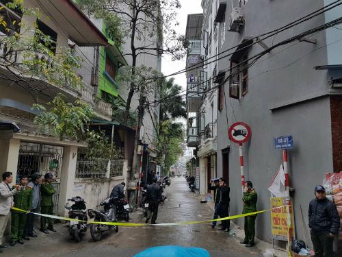 Cảnh sát phong tỏa ngôi nhà ở ngõ 279, quận Hoàng Mai. Ảnh: Võ Hải
