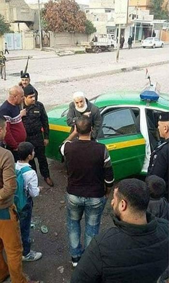 Abu Omer bị đưa vào đồn cảnh sát. Ảnh: ABNA.