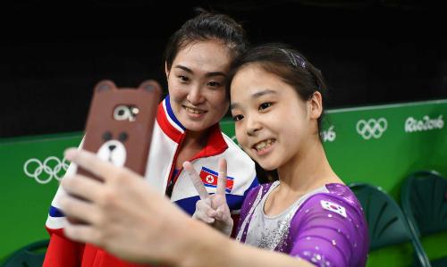 Vận động viên Triều Tiên Hong Un-jong (trái) chụp ảnh với vận động viên Hàn QuốcLee Eun-ju. Ảnh: Reuters.