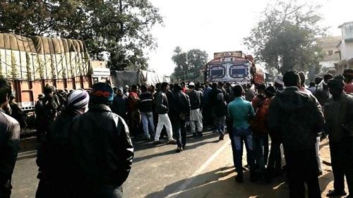 Người biểu tình đã chặn đường đòi bắt giữ nghi phạm. Ảnh: BBC.