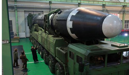 Tên lửa Hwasong-15 mạnh nhất lịch sử của Triều Tiên. Ảnh: KCNA.