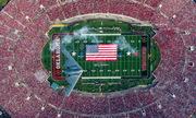 Đội hình phi cơ tàng hình Mỹ biểu diễn bay thấp trên sân bóng