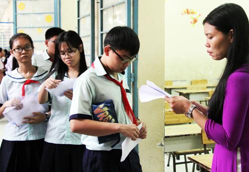 Thí sinh trước khi bước vào phòng thi, kỳ tuyển sinh lớp 10 THPT công lập ở TP HCM. Ảnh: Mạnh Tùng.
