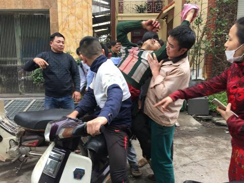 Anh Hoàng Văn Hà được chở đi cấp cứu sau khi đạn phát nổ gây thương tích ở tay. Ảnh: Ngọc Thành
