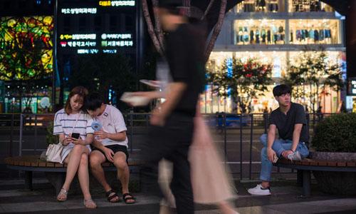 Thanh niên trên đường phố Seoul, Hàn Quốc. Ảnh: Today.