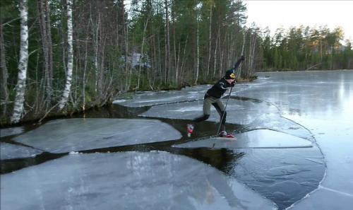 Skateon thin ice (trượt trên băng mỏng) có nghĩa là liều lĩnh, làm việc gì đó có thể gâynguy hiểm. Ảnh minh họa: Media Drum World