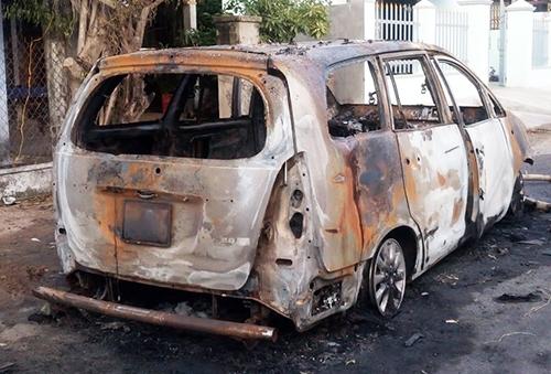 Ôtô Innova cháy rụi hoàn toàn sau cuộc hỗn chiến của hơn 30 thanh niên. Ảnh: Thạch Thảo.