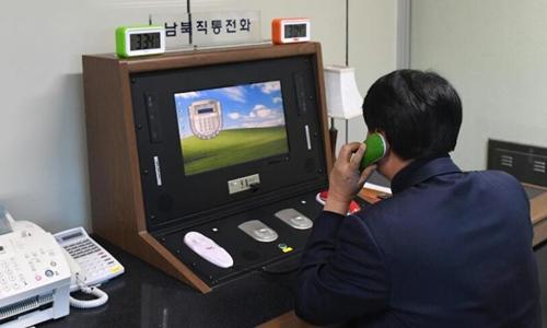 Một quan chức Hàn Quốc trả lời phía Triều Tiên qua đường dây nóng. Ảnh: Yonhap/AP.