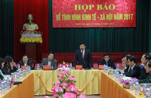 Chủ tịch UBND tỉnh Nguyễn Xuân Đường chủ trì buổi họp báo về kinh tế - xã hội năm 2017 khẳng định việc Tết Mậu Tuấn 2018 tỉnh không bắn pháo hoa. Ảnh: Nguyễn Hải.