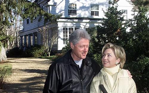 Ông bà Clinton bên ngoài ngôi nhà vào năm 2000. Ảnh:AFP