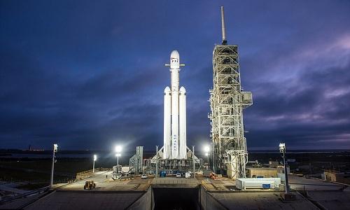 Tên lửa Falcon Heavy trên bệ phóng. Ảnh: SpaceX.