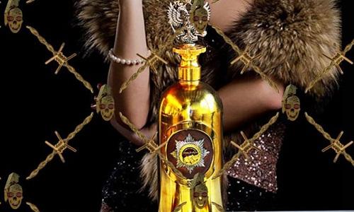 Chai rượu Vodka bọc vàng trắng có giá 1,3 triệu USD. Ảnh: BBC.