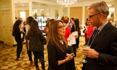 Một bữa tiệc tư vấn và chia sẻ kinh nghiệm về đông lạnh trứng cho phụ nữ độc thân tổ chứcở Beverly Hills, bang California, Mỹ thu hút sự tham gia của các nhà đầu tư tài chính phố Wall. Ảnh:Washington Post.