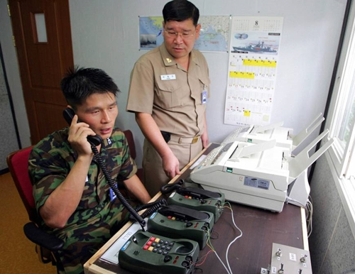 Quân nhân Hàn Quốc liên lạc với phía Triều Tiên năm 2005. Ảnh: AFP.
