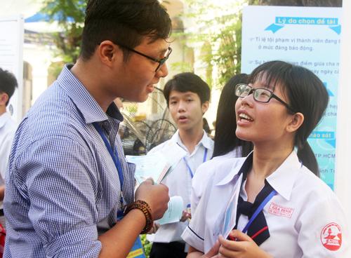 Trần Thùy Trang (phải) giới thiệu về nghiên cứu khoa học của nhóm. Ảnh: Mạnh Tùng.