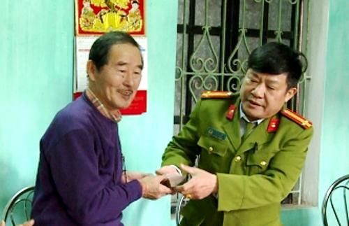 ÔngHiraga Tsugio (quốc tịch Nhật Bản) được Công an Thái Bình trao trả lại toàn bộ tài sản bị nhân viên nhà nghỉ Sinh Thái trộm cắp. Ảnh: KL