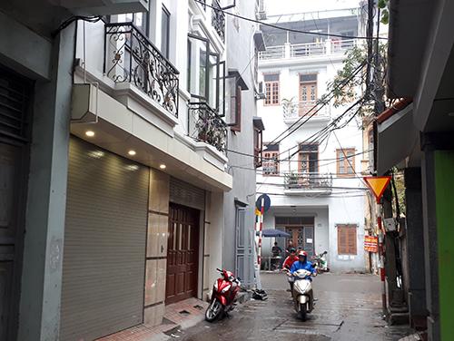 Ngôi nhà khóa cửa xếp nơi phát hiện thi thể chủ tịch huyện Quốc Oai xây 5 tầng. Ảnh: Phương Sơn