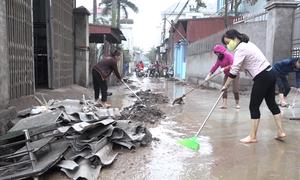Dân làng Quan Độ lợp mái nhà, rửa đường sau vụ nổ kho phế liệu