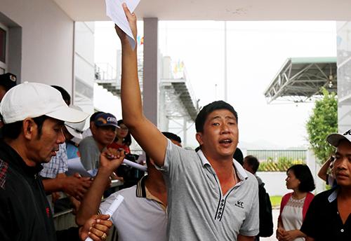 Các tài xế làm đơn miễn giảm sau buổi đối thoại với trạm BOT ở Khánh Hòa. Ảnh: Xuân Ngọc