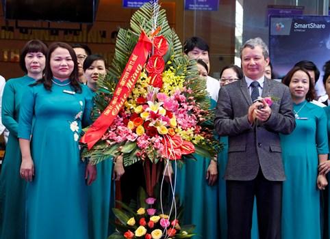 Ông Lê Trường Lưu, Bí thư tỉnh Thừa Thiên Huế tặng hoa chúc mừng cán bộ, nhân viên trung tâm. Ảnh: Võ Thạnh.