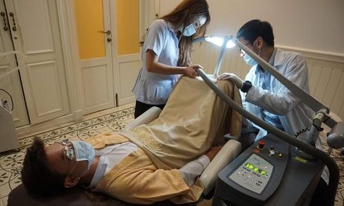 Một khách hàng nam sử dụng dịch vụ làm trắng chỗ kín ở bệnh viện Lelux. Ảnh: AFP.