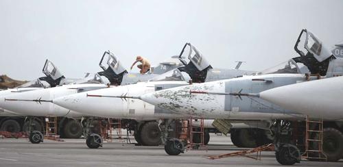Cường kích Su-24 Nga đỗ sát nhau trên đường băng căn cứ Hmeymim năm 2016. Ảnh: Sputnik.