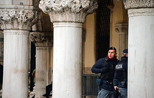 Cảnh sát có mặt tại hiện trường vụ trộm trang sức diễn ra tại cung điện Doge, thành phố Venice, Italy ngày 4/1. Ảnh: AP.