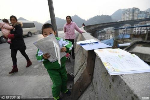 Qu Sinian học bài trên cầu vượt với sự giám sát của mẹ. Ảnh: Apple Daily