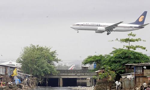 Một máy bay của hãng hàng không Jet Airways hạ cánh xuống sân bay Mumbai. Ảnh: AFP.