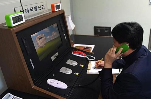 Giới chức Hàn - Triều liên lạc qua đường dây nóng tại làng biên giới Bàn Môn Điếm hôm 3/1. Ảnh: Yonhap.