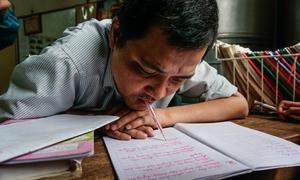 Thầy giáo khuyết tật viết chữ đẹp bằng miệng