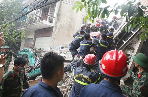 Các lực lượng tập trung cứu người bị nạn khi căn nhà bị sập.