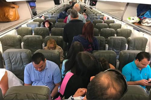 Cảnh hành khách đang lên một chuyến bay. Ảnh: AP.