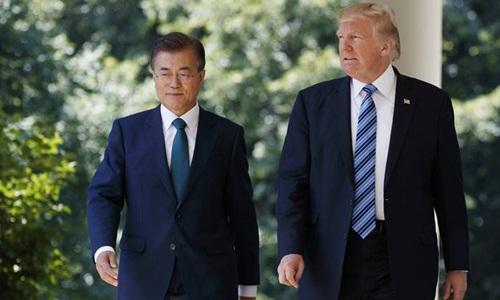 Tổng thống Mỹ Donald Trump (phải) và người đồng cấp Hàn Quốc Moon Jae-in. Ảnh: AP.