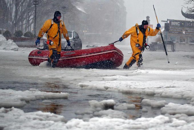 Bão tuyết hoành hành, bờ Đông nước Mỹ ngập lụt trong băng đá