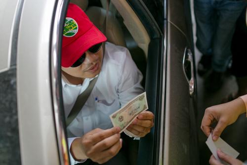 Tài xế yêu cầu thối lại 100 đồng ở trạm BOT Cai Lậy. Ảnh: Thành Nguyễn