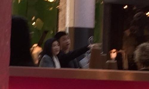 Ảnh chụp một người giống bà Yingluck và con trai. Ảnh: