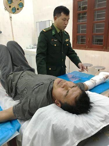 Ngư dân Nguyễn Văn Tiên gặp nạn trên biển được Biên phòng Cát Bà và bác sĩ bệnh viện đa khoa Cát Bà cứu, chuyển thẳng lên bệnh viện Việt- Đức, Hà Nội. Ảnh: Biên phòng Cát Bà cung cấp