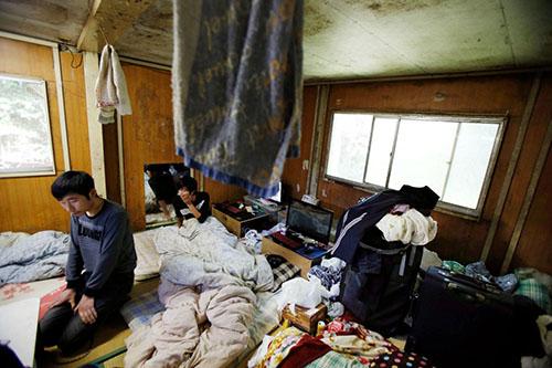 Thực tập sinh người Trung Quốc Li Jin (trái) và Wang Xile trong phòng trọ ở Hokota, tỉnh Ibaraki, Nhật Bản. Ảnh: AP.