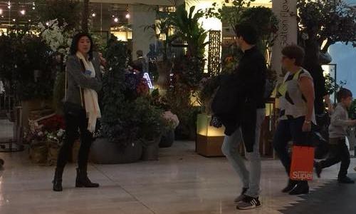 người phụ nữ được cho là cựu thủ tướng Yingluck Shinawatra tại khu mua sắm Westfield, phía tây London, Anh