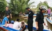 Hàng chục cảnh sát chạy xuồng máy bao vây trường gà