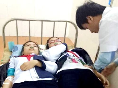 Sau khi hít phải khí độc từ nhà máy sản xuất thép Việt- Nhật 23 học sinh và 2 cô giáo của Trường THCS Quán Toan, quận Hồng Bàng (Hải Phòng) nhập viện cấp cứu trong ngày 6/1. Ảnh: TH