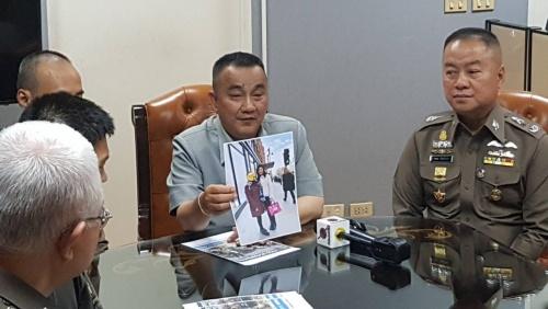 Giới chức Thái Lan cầm ảnh bà Yingluck chụp với một khách du lịch ở London. Ảnh: Nation.